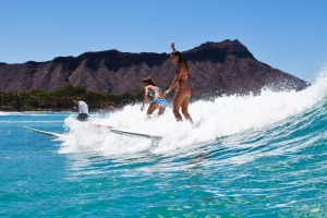 The perfect place to try it surfing: Waikiki Beach.