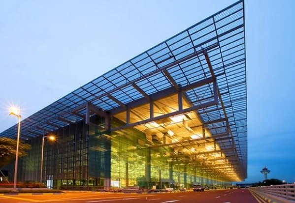 Terminal 3 at Changi Airport offers 380 000 square metres of space in a seven storey building.