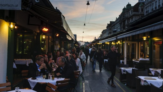 Lively: Naschmarkt is abuzz in the dusk.