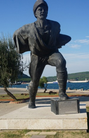 One of many statues of Turkish hero, Corporal Seyit Cabuk.