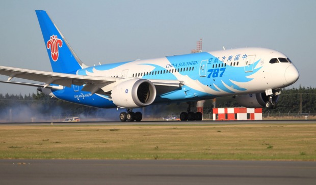 China Southern Airlines Boeing 787 Dreamliner touches down.