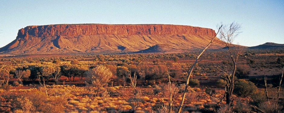 Mount Connor or ''Fool-uru'' differs from Uluru in that it has a distinctive flat top with a separate top layer.