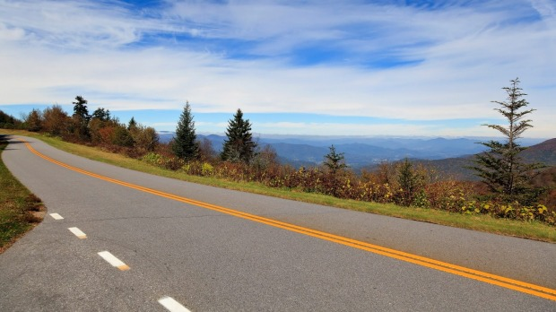 The Blue Ridge Parkway, US: From the Shenandoah National Park in Virginia to the Great Smoky Mountains National Park in ...