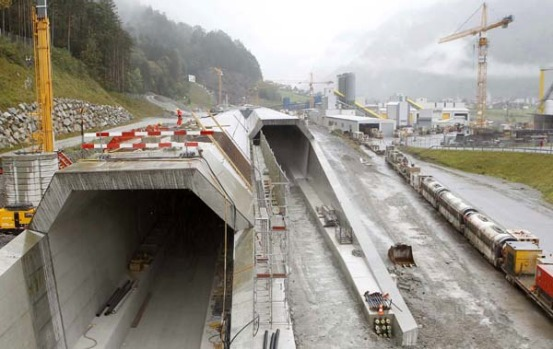 European Union Transport Commissioner Siim Kallas on Tuesday called the new Gotthard tunnel 'a remarkable project'.