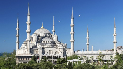 View of the Blue Mosque (Sultanahmet Camii) in Istanbul, Turkey.