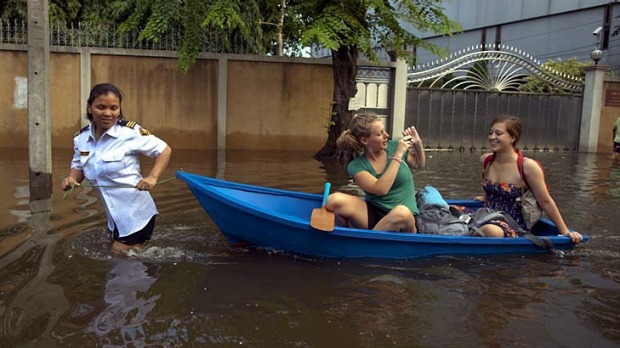 Seeking safety ... Australians have been advised to reconsider their need to travel to Bangkok due to floodwaters.