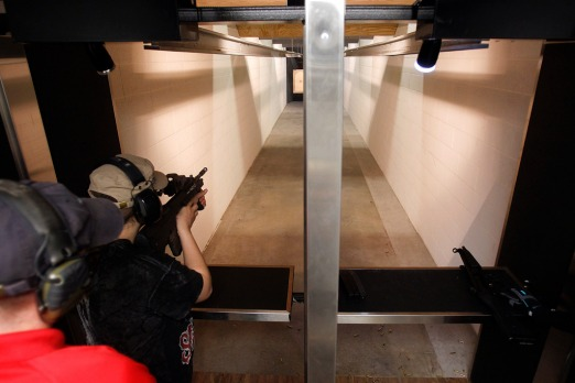 Chris Neveo shoot­s a targe­t at Machi­ne Gun Vegas.