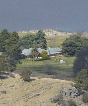 Cooradigbee Homestead, nestled on the banks of Burrinjuck Dam amongst 400 million year old fossil fields.