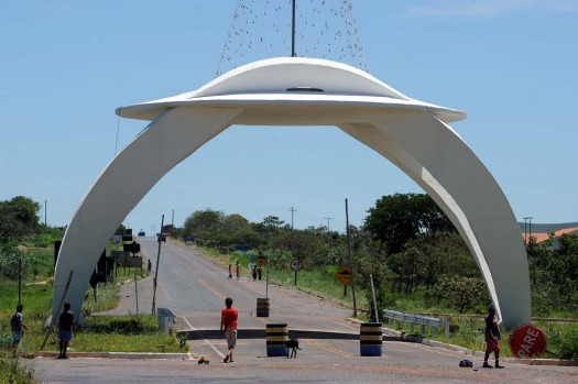 Children play next to a UFO-shaped gate in Alto Paraiso town, Goias State, 230 kms north of Brasilia, on December 20, ...