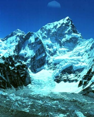 Three climbers and a group of Nepalese guides have made peace after a brawl erupted on Mount Everest.