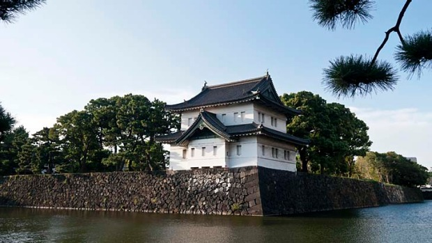 Joggers around Tokyo's Imperial Palace are being urged to be polite after several incidents with tourists.