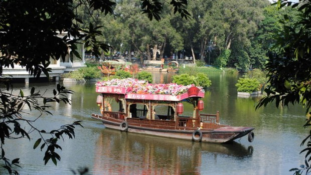 A boat decorated with flowers on Liwan Lake.