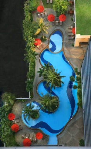 An aerial view of the pool at the Amari Watergate.