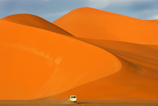 A jeep crossing the Fezzan Desert (Fezzan Desert), one of the most beautiful and magnificent in the Sahara and the ...