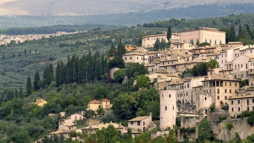The historical town centre of Spello with the Monte Subasio in the background.