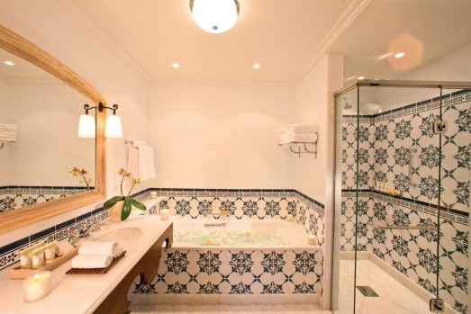 A spacious bathroom at Belmond Hotel das Cataratas.