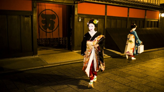 Maikos walking in Gion, an old district of Kyoto with old houses called machilla.