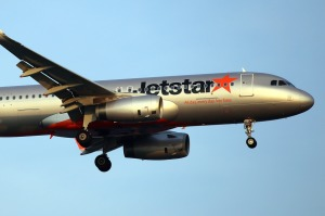 Jetstar usually does not transfer baggage from one of their flights to another but there are exceptions.