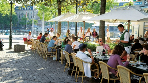 Street cafe on Hechtplatz on the right bank to the Limmat.