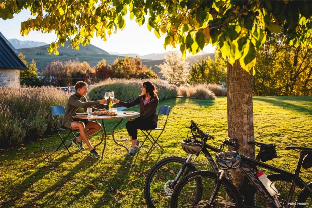 When cycling the Queenstown Trail, enticing food and wine opportunities pop up at regular intervals.
