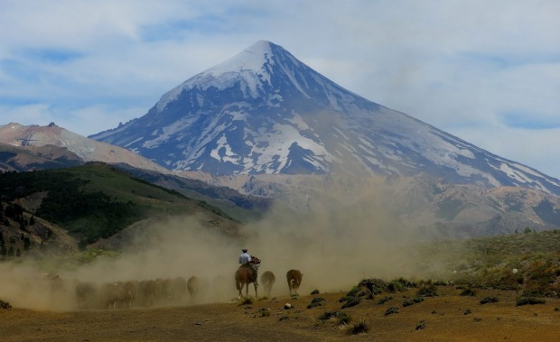 I was thrilled to come across this gaucho, herding his cattle, while on my way to climb Lanin Volcano (in the distance) ...