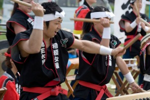 BM2N5H Energetic group of drummers beating Japanese taiko drums during an outdoor performance, Japan ...