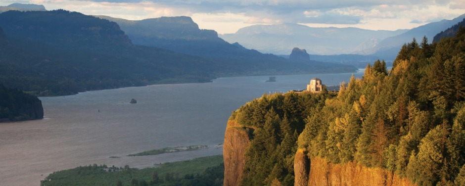 View over the Columbia Gorge on the Columbia River in Oregon in the US.