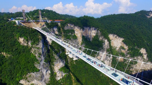 Thousands queue in China as cracked glass walkway reopens
