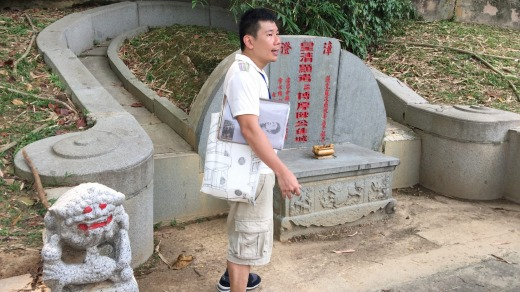 Tiong Bahru Heritage Volunteers guide Lip Sin at the grave of Tang Tock Seng,businessman and philanthropist.