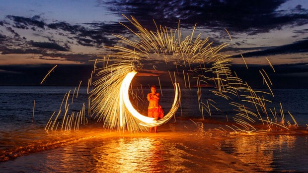 Intercontinental Fiji, fire dancer Six of the best Fiji Islands for families tra4-sixbestfiji