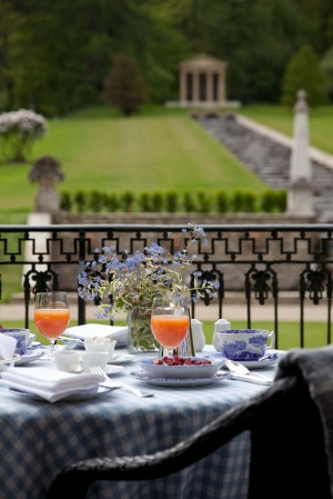 Dining alfresco while overlooking the gardens.