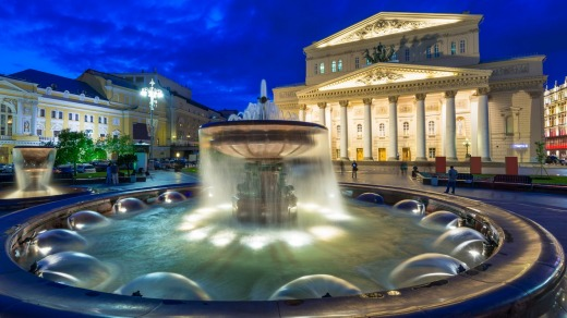 Night view of Bolshoi Theatre and Fountain in Moscow.