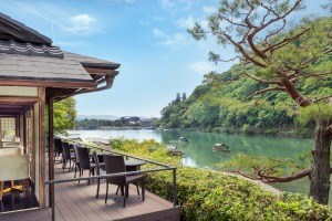 Hotel Suiran is on the banks of the Oi River and at the foot of Mount Arashi.