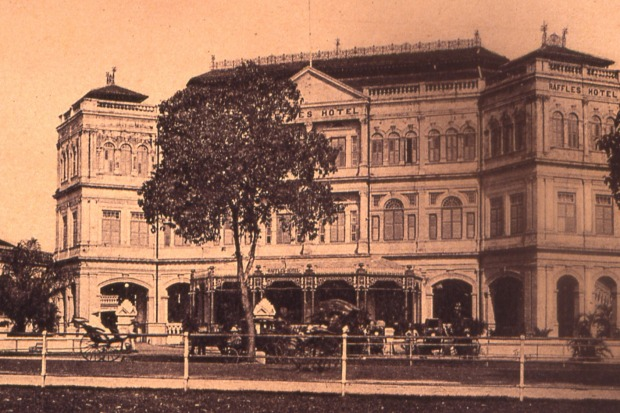 Raffles Hotel Singapore in the early 1900s with a verandah at the front.