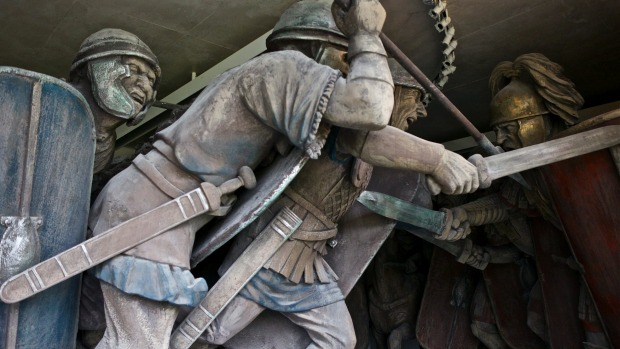 The Roman army and the Gallic tribes battle in a work at the MuseoParc Alesia.