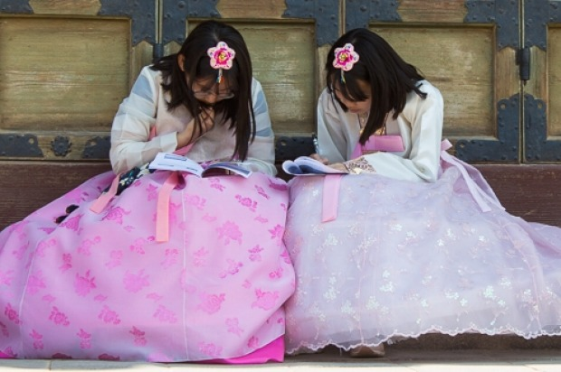 A very popular pastime for visitors to the Gyeongbokgung Palace (Blue House) in Seoul is to dress in Hanbok (traditional ...