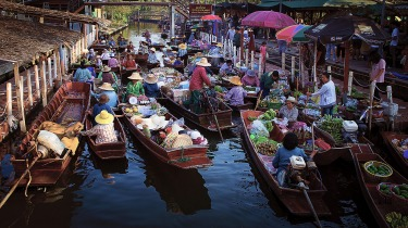 Morning traffic jams seem to be now part of our daily life, even at the floating market just outside of Bangkok.