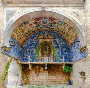 Porta da Vila is the main entrance of the town of Obidos. This is a double door in spill with tiled inside 18th century.