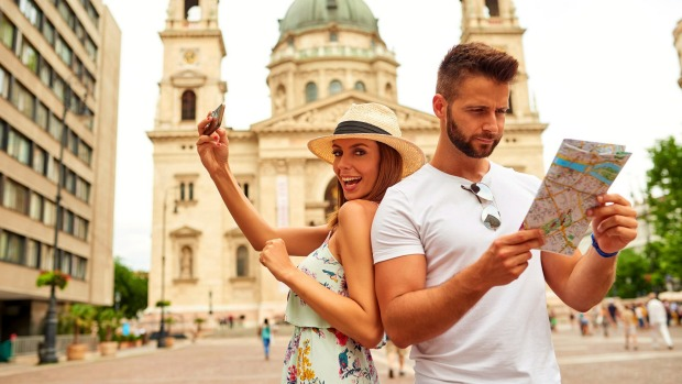 Staring at maps, taking selfies ... these are just two of the ways you can advertise to the world that you're a tourist.