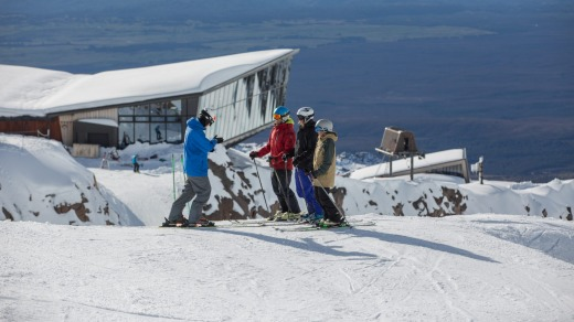 Skiers above the Knoll Ridge Cafe at Whakapapa.