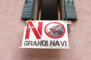 No big ships sign hangs in a Dorsoduro window.
