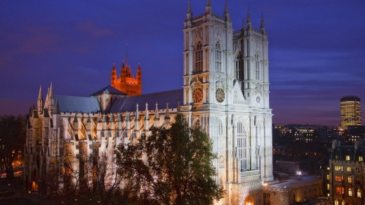 Westminster Abbey lit up at night.