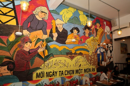 E7783M A Socialist propaganda-style mural in the Propaganda cafe-bar in Ho Chi Minh City, Vietnam. tra29-sixbestcoffee