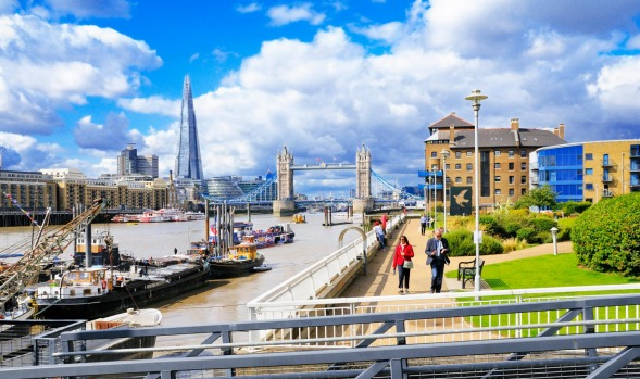 The Thames Path, London: The full Thames Path runs for just under 300km from source to sea, and about 128km goes through ...