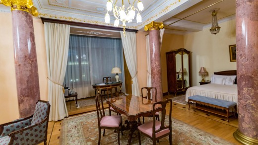 A traditionally furnished room in Hotel Metropol.