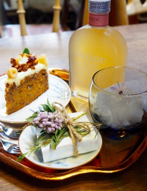Carrot cake, chocolate brownie and iced Oolong tea at Oneday Wallflowers Cafe.