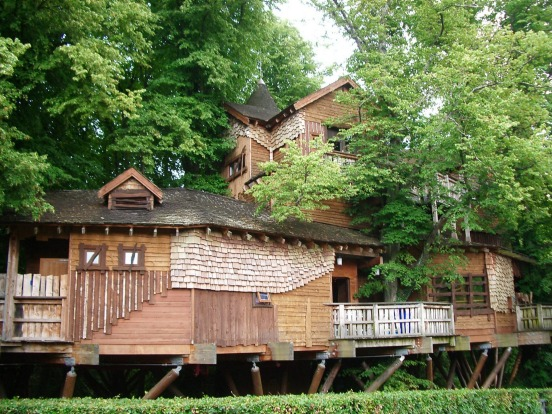 TREEHOUSE RESTAURANT, UK: One of the world's largest tree houses sits in the grounds of Alnwick Castle in ...