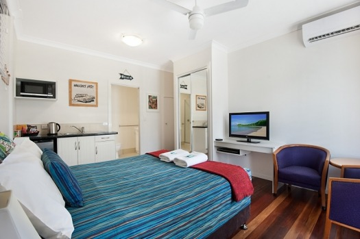 LA COSTA MOTEL, GOLD COAST AIRPORT This super cute, retro motel is literally across the road from the Gold Coast ...