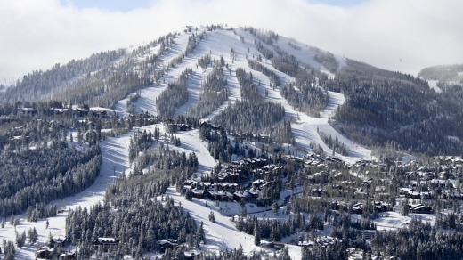 Deer Valley boasts 21 chairlifts, 103 perfectly groomed runs, and six bowls spread over more than 800 hectares of ...