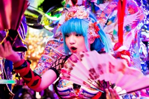 M5BX9Y Performers at the Robot Restaurant in Shinjuku, Tokyo sunaug25cover ben groundwater joke story ALAMY image ...